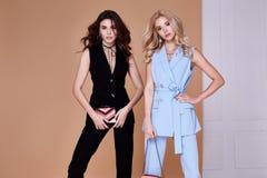 Blond sexig härlig kvinna två och glamour M för lockigt hår för brunett Royaltyfri Fotografi
