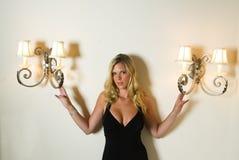 Blond sexy dans une robe noire photographie stock libre de droits