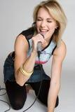 blond sjungande kvinna Royaltyfri Fotografi