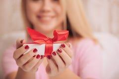 Blond skönhet med gåvan för valentindag Arkivbild