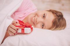 Blond skönhet med gåvan för valentindag Fotografering för Bildbyråer