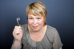 Kvinna med nyckel- royaltyfria bilder