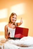 Blond skönhet med bärbara datorn Fotografering för Bildbyråer