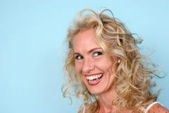 blond skratta modell royaltyfri fotografi