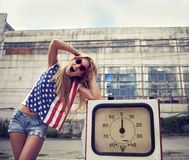 Blond skrikig flicka på skadlig bensinstation Arkivbilder