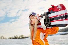 Blond snowboarder på snö Arkivbilder