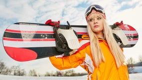 Blond snowboarder på snö Fotografering för Bildbyråer