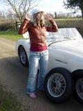 Blond sportif avec le pneu plat Photographie stock libre de droits