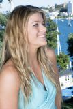 Blond stående i blått royaltyfria foton