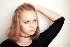 Blond tonårs- flicka i svart tatueringtättsittande halsband royaltyfri bild