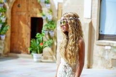 Blond tonårig flickaturist i medelhavs- gammal stad Royaltyfri Bild