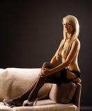 blond topless kvinnligsofa Royaltyfria Bilder