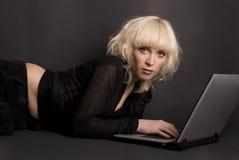 Blond u. Laptop Stockfotografie