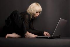Blond u. Laptop Stockbilder