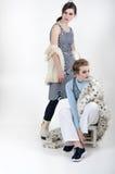 Blond und Brunette aufwerfend im Studio Stockfoto