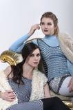 Blond und Brunette aufwerfend im Studio Stockfotografie