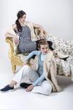Blond und Brunette aufwerfend im Studio Stockbild