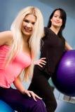 Blond und Brunette in der Eignungmitte Stockfotos
