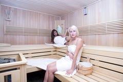 Blond und Brunette in der Sauna Stockbild