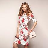 Blond ung kvinna i blom- vårsommarklänning royaltyfria bilder