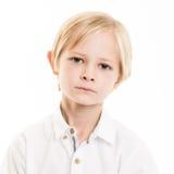 Blond ung pojke som isoleras i den vita skjortan Fotografering för Bildbyråer