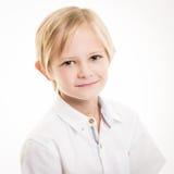 Blond ung pojke som isoleras i den vita skjortan Arkivbilder