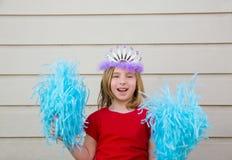 Blond ungeflicka som spelar som den cheerleading pompoms och kronan Royaltyfri Fotografi
