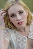 Blond utomhus- modell Wearing för se en klänning igenom Royaltyfri Foto