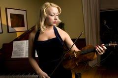 blond violinist Royaltyfria Bilder