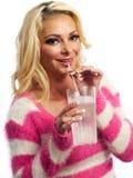 Blond vrouwen nippend water Royalty-vrije Stock Afbeeldingen