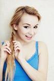 Blond vrouwentiener het vlechten vlechthaar. Royalty-vrije Stock Afbeelding