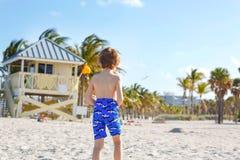 Blond weinig jong geitjejongen die pret op het strand van Miami, Zeer belangrijke Biscayne hebben Het gelukkige gezonde leuke kin stock foto's