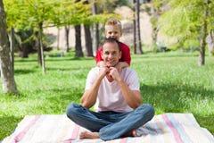Blond weinig jongen die zijn vader koestert Stock Afbeeldingen