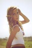 blond whitekvinna för skjorta t Royaltyfria Bilder