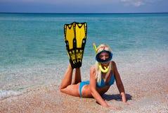 blond yellow för simning för flipperflickamaskering Arkivfoto