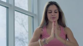 Blond yogaflicka som inhalerar för att koppla av och lugna hennes andning arkivfilmer