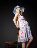 Blond zwanger vrouwenportret in strohoed royalty-vrije stock foto