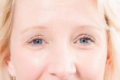 Blonda ögon för dam` s arkivbild