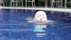 Blonda bad f?r stilig pojke i den utomhus- p?len lager videofilmer