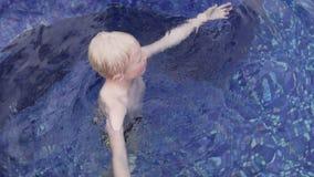 Blonda bad f?r stilig pojke i den utomhus- p?len arkivfilmer
