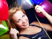 Blonda ballons och fira för kvinnaholding Royaltyfria Bilder