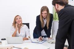 blonda businesspeople som har kontorspresentationskvinnan bryt tid för telefonen för kontoret för felanmälanskaffedagen hård till Royaltyfri Fotografi
