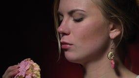 Blonda försök lagar mat med grädde från munken, bitultrarapid stock video