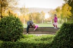 Blonda gulliga flickor med modern på bron Royaltyfri Fotografi