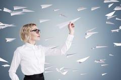 Blonda kvinna- och pappersnivåer Arkivbilder