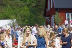 Blonda kvinnor med blommor i deras hår som förbereder sig att fira t Royaltyfria Foton