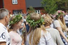 Blonda kvinnor med blommor i deras hår som förbereder sig att fira t Royaltyfri Bild