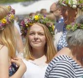 Blonda kvinnor med blommor i deras hår som förbereder sig att fira t Arkivbilder