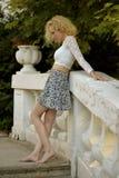 Blonda kvinnor på trappa barfota Royaltyfria Bilder