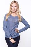 Blonda kvinnor som bär den tillfällig tröjan och jeans Royaltyfri Bild